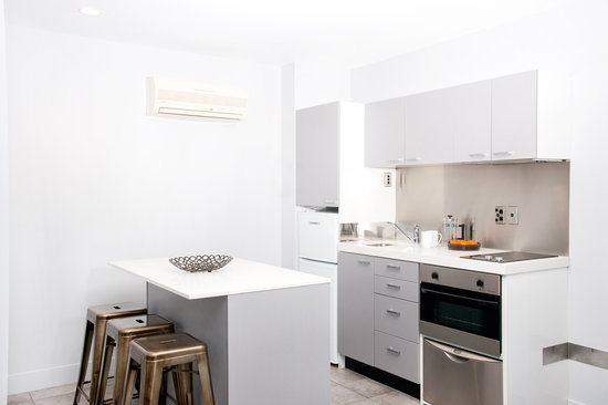 Quest Newmarket Serviced Apartments: Kitchen dining around the island bench in 1 bedroom apartment