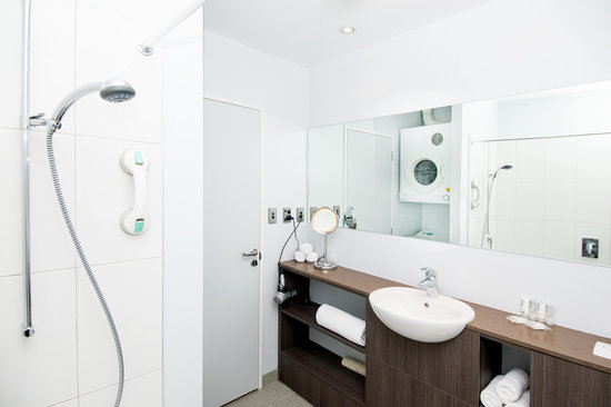 Quest Newmarket Serviced Apartments: Studio bathroom with laundry