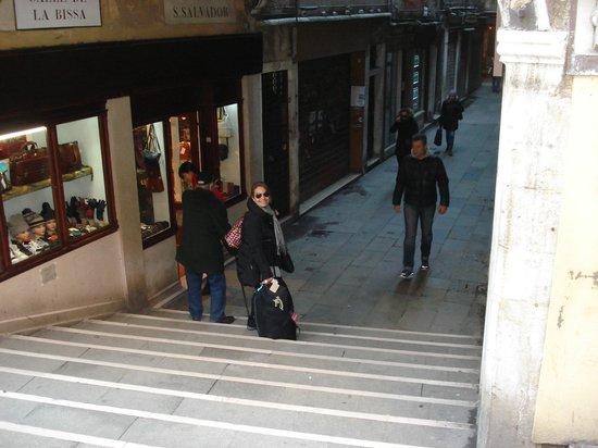 Hotel Canaletto: Calle y puente del hotel