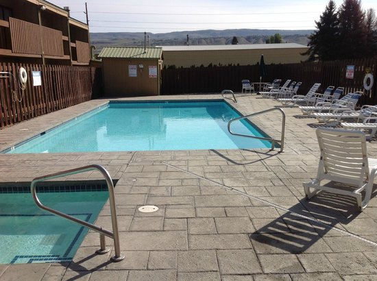 BEST WESTERN Chieftain Inn: outdoor pool and hot tub