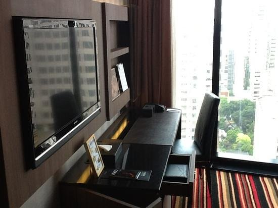 The Continent Hotel Bangkok by Compass Hospitality : tv and desk