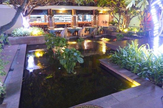Rambuttri Village Inn & Plaza: Rambuttri Village - courtyard