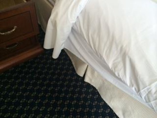 Chicago Marriott Southwest at Burr Ridge: sheets not tucked in