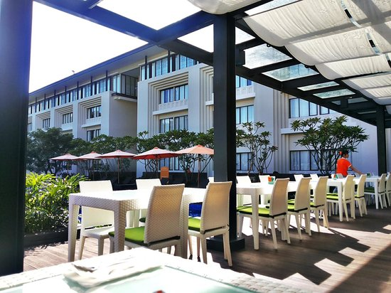 HARRIS Hotel & Conventions Malang: breakfast at pool side ��