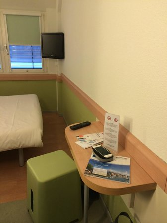 ibis budget Luzern City: Small table and the only chair in a double room