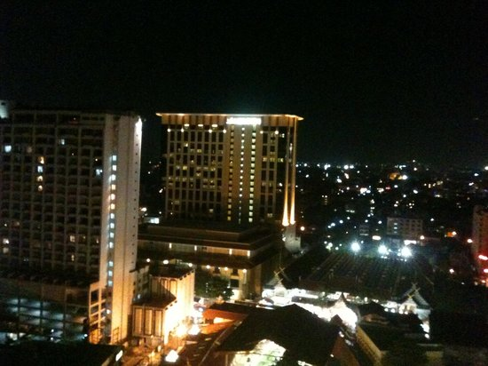Pornping Tower Hotel : Night view from the roof top restaurant of the hotel