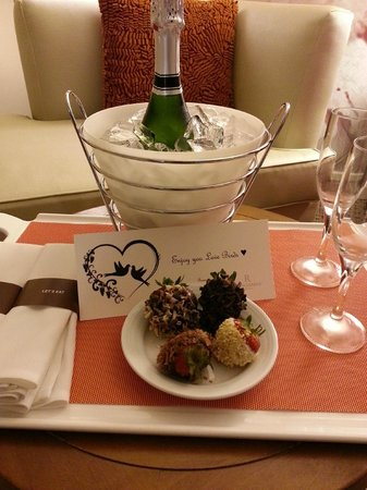 Renaissance Indian Wells Resort & Spa: Complimentary chocolate covered strawberries and champagne
