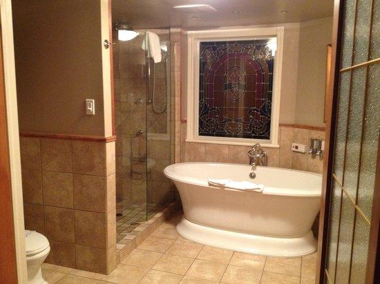 Hotel Acadia : Room 101 - huge tub w/ separate shower