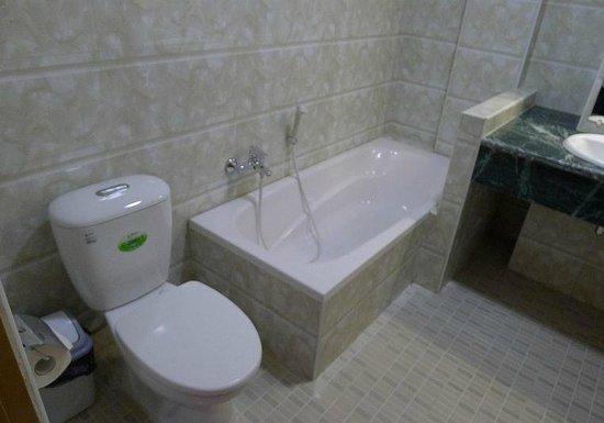 Royal Inlay Hotel: Bathroom