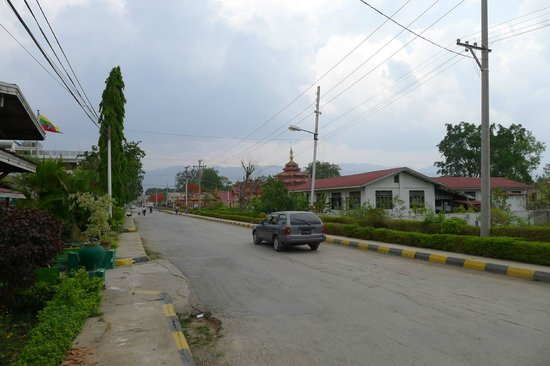 Royal Inlay Hotel: Road outside the hotel