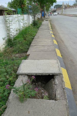 Royal Inlay Hotel: Watch out of holes on the pavement!