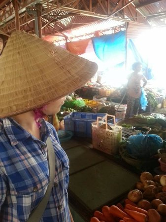 Thuan Tinh Island: Shopping - complete with hat