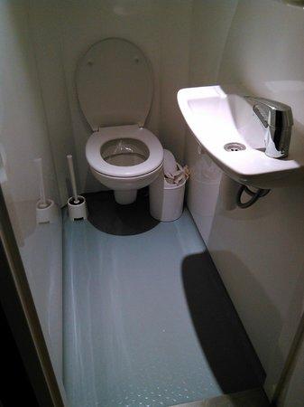 Generator Hostel Hamburg: Туалет и очень неудобная раковина