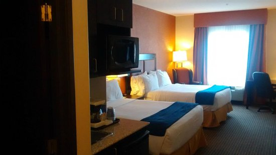 Holiday Inn Express & Suites Airport - Calgary: two queen beds