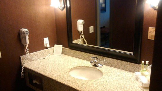 Holiday Inn Express & Suites Airport - Calgary: granite counter top bathroom