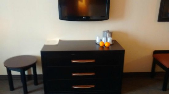 Holiday Inn Express & Suites Airport - Calgary: TV drawer chest