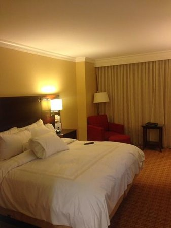 Atlanta Airport Marriott Gateway: Bed and chair