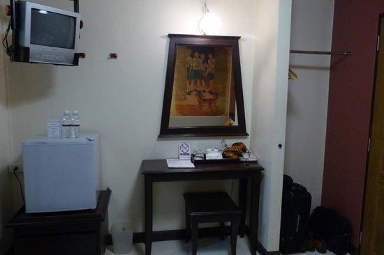 Rikka Inn : Small bedroom desk