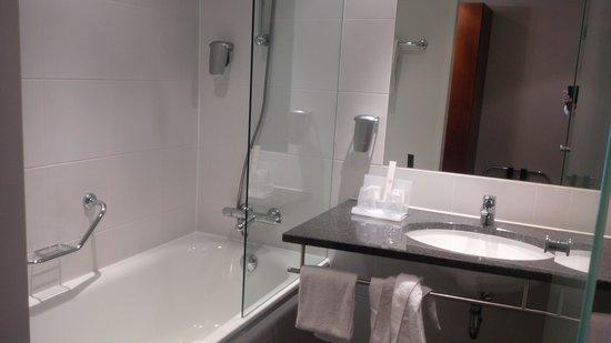 Amrath Grand Hotel Frans Hals: Bathroom small but good