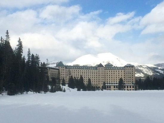 Fairmont Chateau Lake Louise : Out side of the hotel