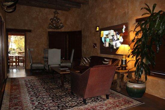 El Monte Sagrado: shared living room area