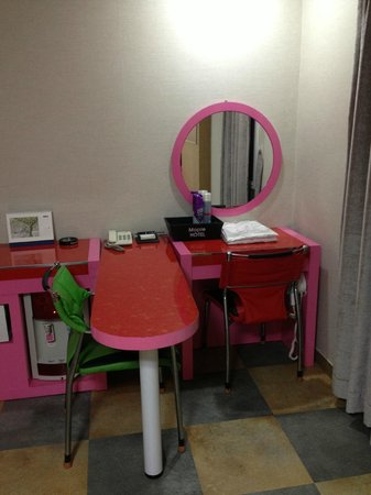 Hotel Maple: Pink room