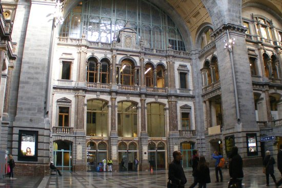 Gare centrale : View from inside the glassed area