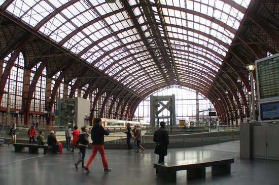 Gare centrale : The glass covered  platform area