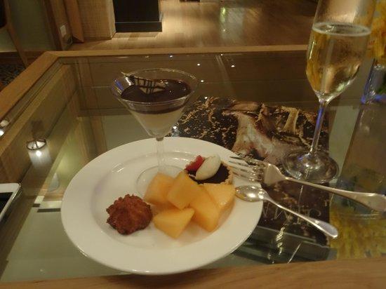 Grand Hyatt Erawan Bangkok: Grande Club Lounge - Cocktail happy hour goodies