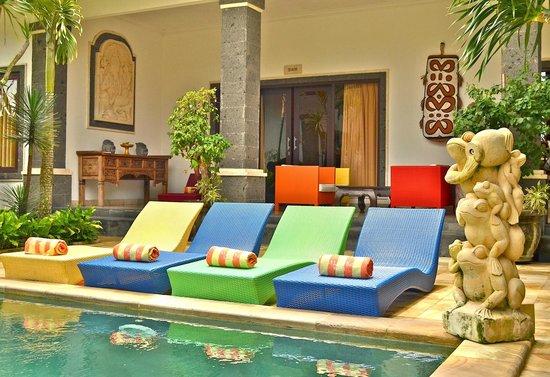 Balam Bali Villa : Transats piscine