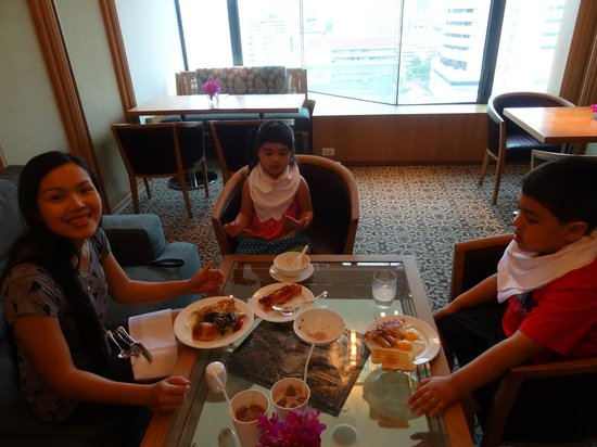 Grand Hyatt Erawan Bangkok: Grande Club Lounge - breakfast time
