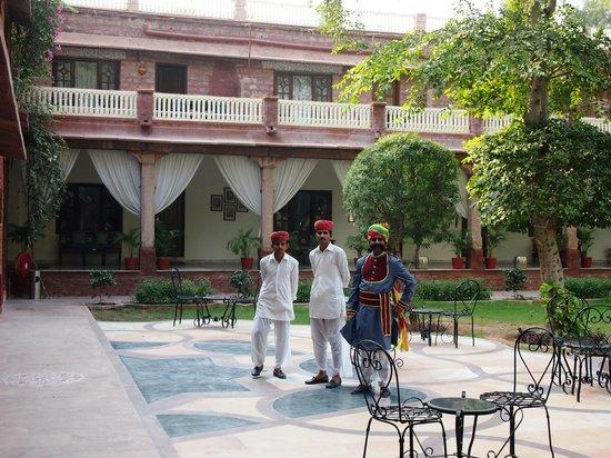 Ranbanka Palace : Courtyard and Staff