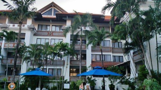Sanur Paradise Plaza Suites: Uitzicht vanaf zwembad naar hotelkamers