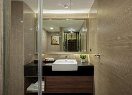 Grand Swiss Sukhumvit 11 by Compass Hospitality: Bathroom