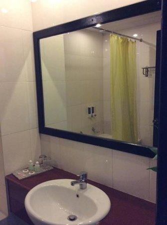 Claremont Angkor Boutique Hotel : bagno vasca con doccia