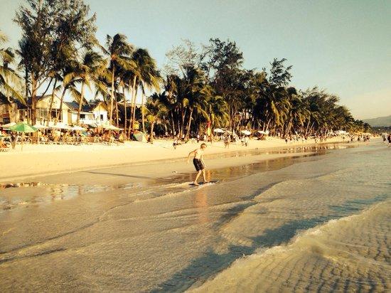 White Beach: )))