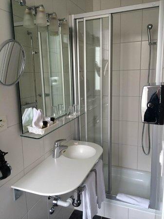 Hotel Savoy Bern: Very narrow bathroom