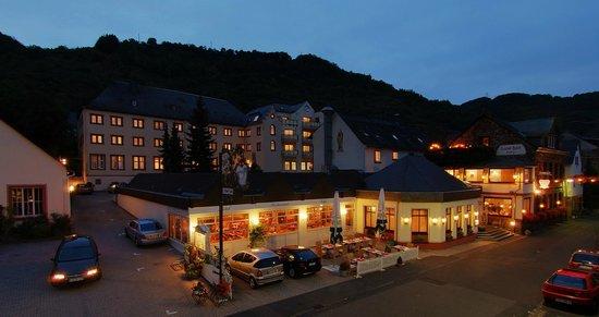 Schloss-Hotel Petry: Außenansicht und Terrasse unseres Hotels