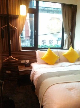 Bee House - Taipei Station Branch : View of big egg tart across the room