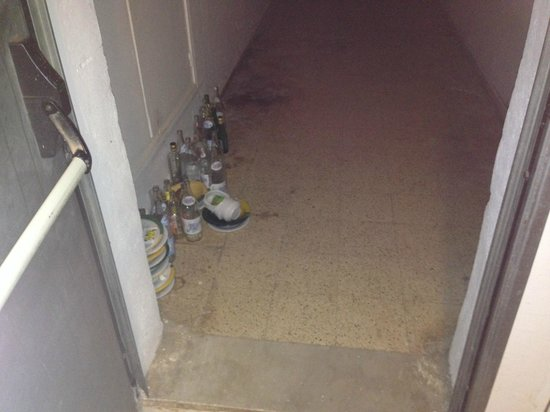 "Djerba Plaza Hotel & Spa : la porte avant notre chambre ""le dépotoir"""