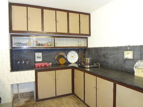 Stops Hostel Varanasi: kitchen