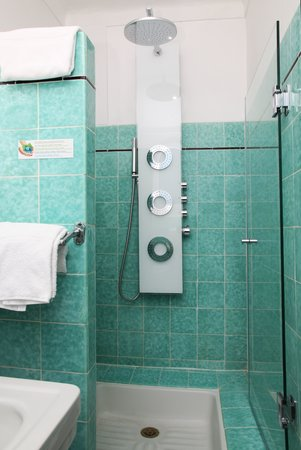 Hotel Le Pre Catelan : shower twin room