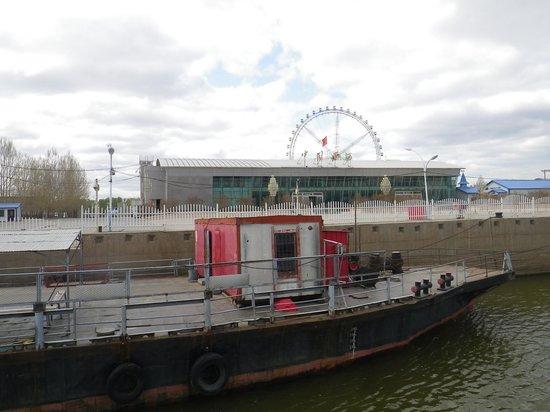 Heihe River Port: пирс, за ним речвокзал, за ним парк аттракционов с колесом обозрения, далее - Хэйхэ