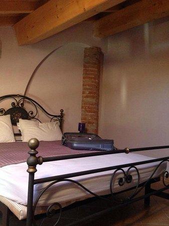 Camera n.8, semplice ma molto carina, con letto in ferro battuto ...
