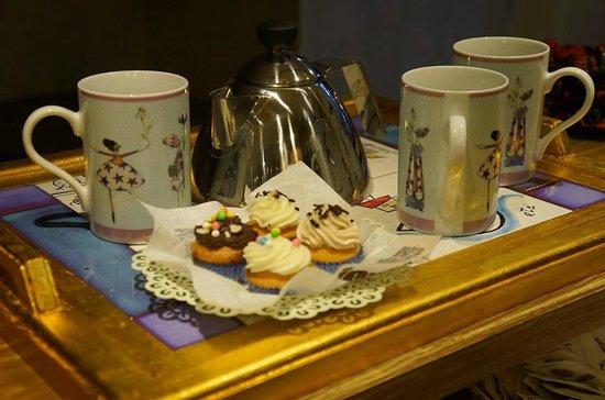 Ebby Chic Cafe: delicate cup cake accompagnano infusi e thè prelibati