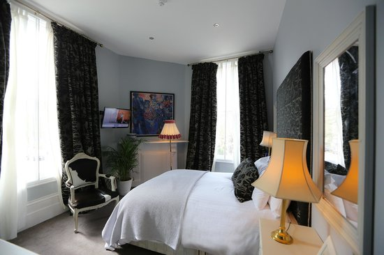 Crown and Sceptre: Hotel room