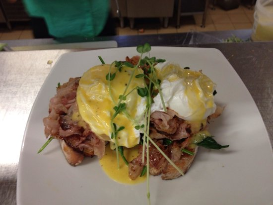 Macaron: Delicious eggs Benedict!