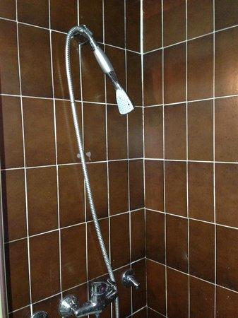 Hotel Srbija: Broken shower