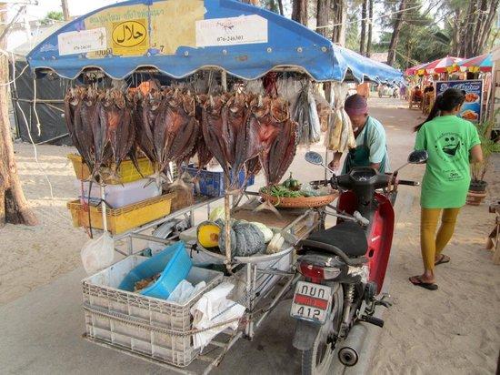 Kamala Beach : Livraison de poissons