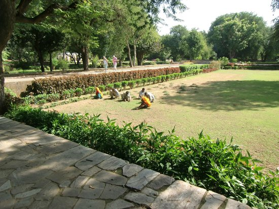 Samode Bagh: Locals working on grounds